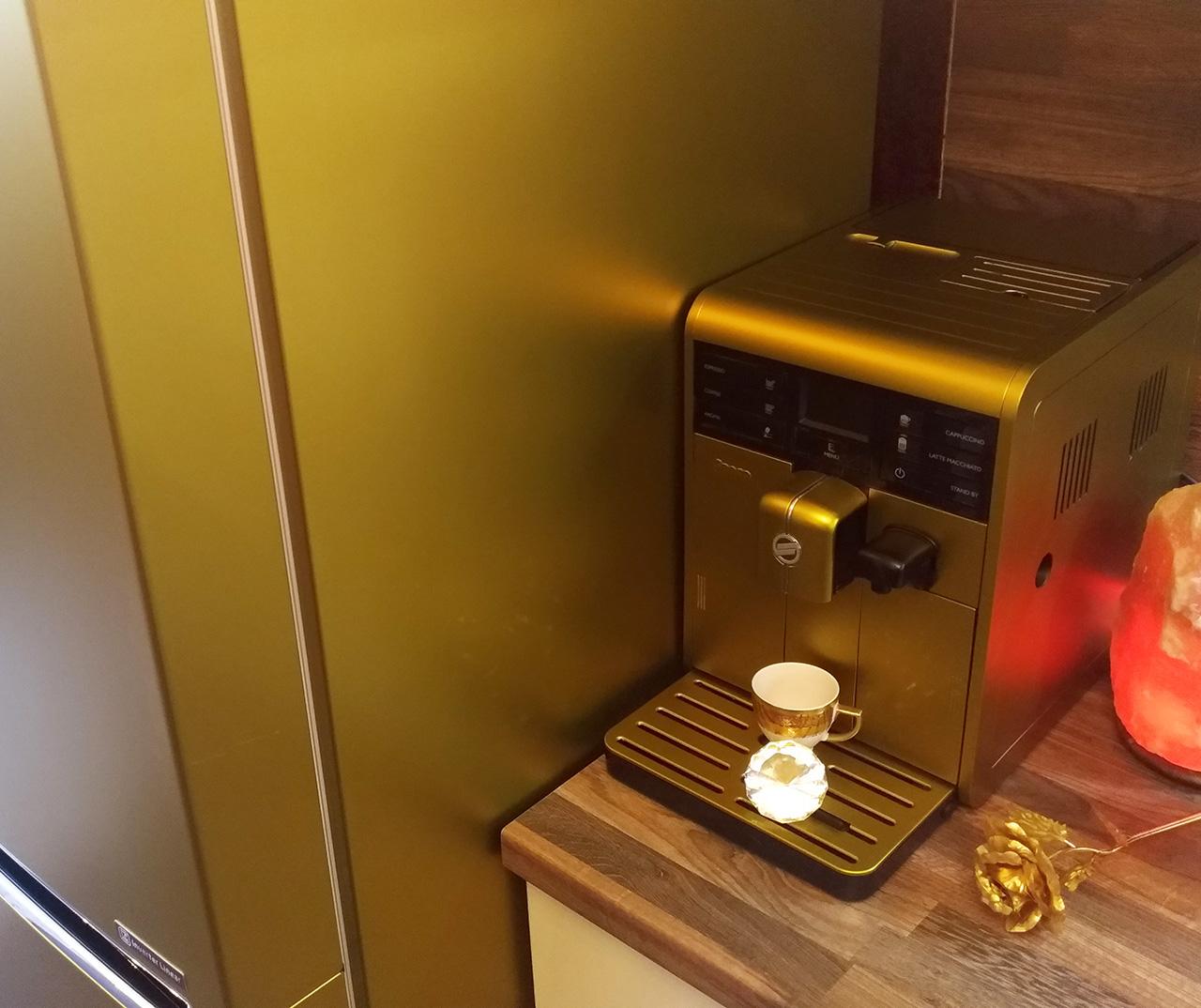 хладилник и кафемашина фолирани със златен сатен