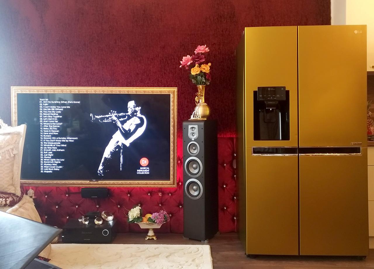 интериор с облепен със златно фолио хладилник